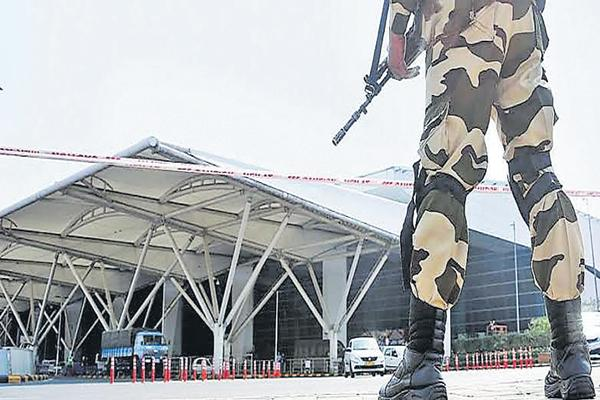 Huge Security at Airports For Independence day - Sakshi