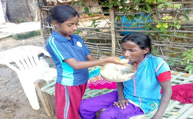 Daughter Serving An insane lost mother In Venkatpur, Warangal - Sakshi