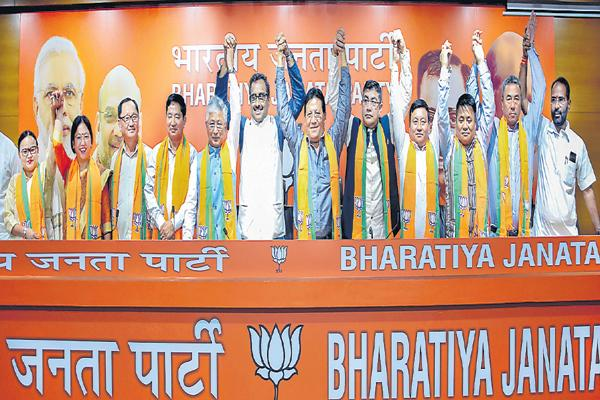 10 MLAs Joins into BJP - Sakshi