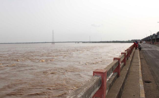 Dhavaleswaram Barrage Water Released Into Sea In East Godavari - Sakshi