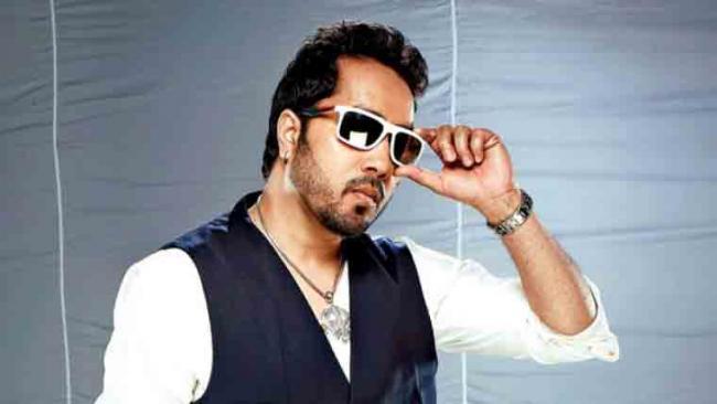 Film Body Bans Mika Singh After Performance In Karachi - Sakshi