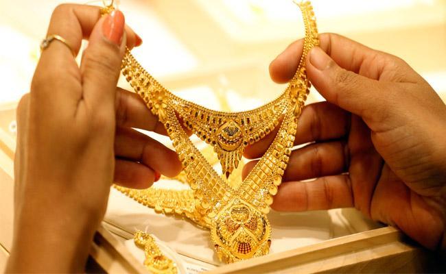 Gold prices slump after hitting record high - Sakshi