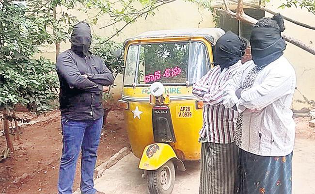 Robbery in Dress Up Hijra Hyderabad - Sakshi