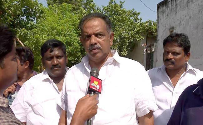 YSRCP Leaders Helps To Krishnalanka Flood Victims In Vijayawada - Sakshi