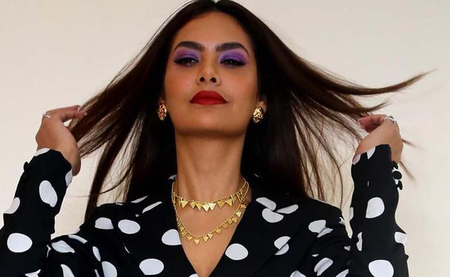 Esha Gupta Trolled For Tweeting Republic Day Greetings - Sakshi