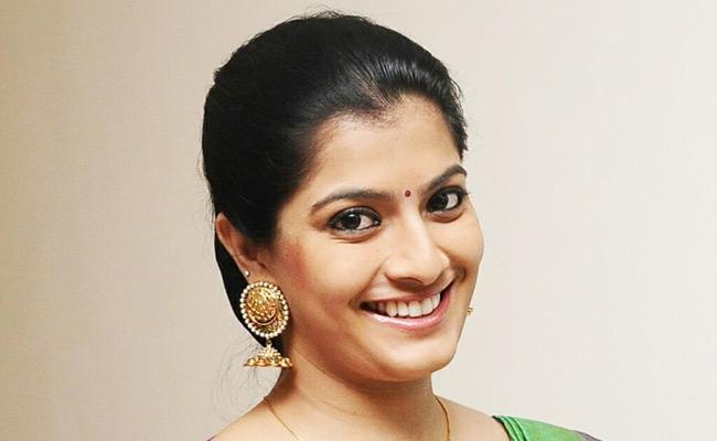 Varalaxmi Sarathkumar shocking decision about her marriage - Sakshi