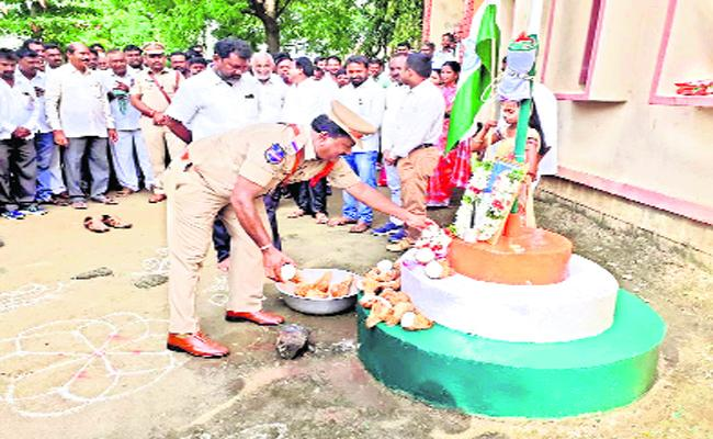 Police Officer Hoisted The Flag Without Taking Off His Shoes In Chennaraopeta, Warangal - Sakshi
