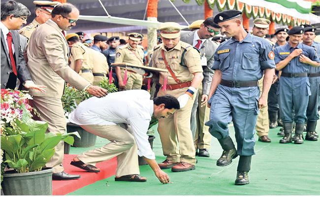 CM YS Jagan Mohan Reddy Wonderful Gesture While Giving Medal To Police - Sakshi