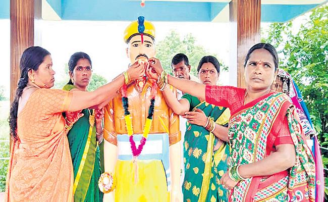 Women Tie Rakhi To Jawan Statue In Sangareddy District - Sakshi
