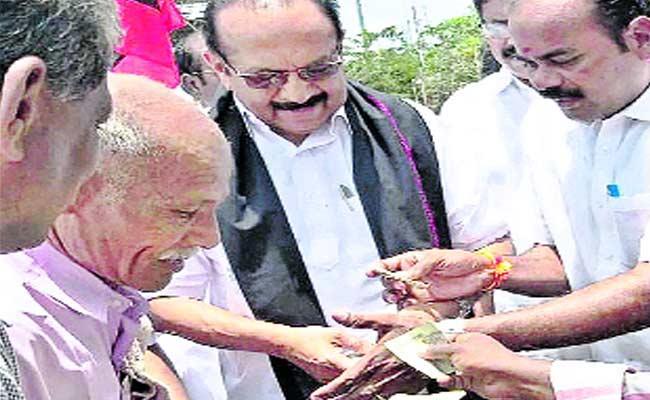 MDMK Chief Charged 100 Rupees For Selfie - Sakshi