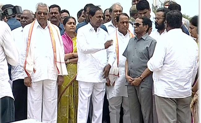 CM KCR Disappointed Over Yadadri Temple Works - Sakshi