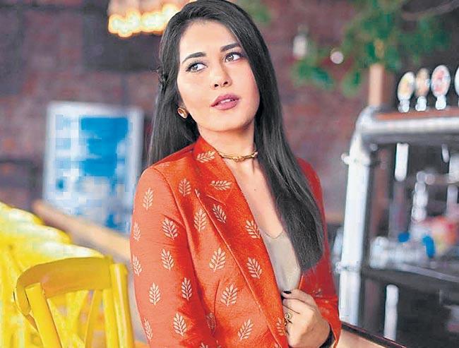 Rashi Khanna to romance Ravi Teja - Sakshi