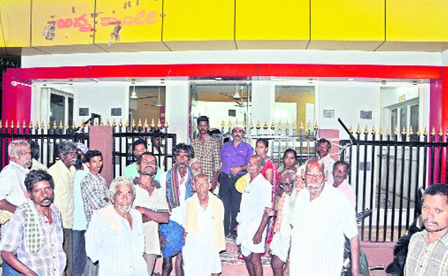 TDP Leaders Extortion In Anna Canteens At Anantapur - Sakshi