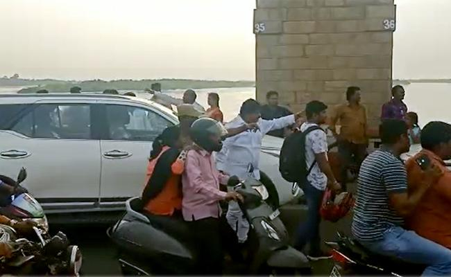 Minister Perni Nani Clears Traffic At Prakasam Barrage - Sakshi
