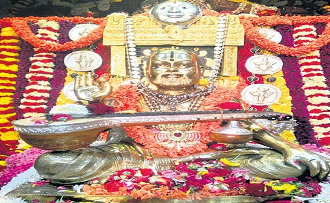 Raghavendra Swamy Jeeva Samadhi In Family - Sakshi