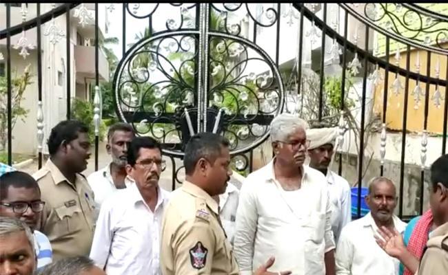 Narasaraopet Cable Operator Protest At Kodela Siva Prasad House - Sakshi
