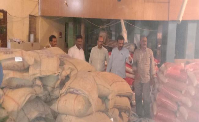 Black Marketers Selling Ration Rice In Kandukur Prakasam - Sakshi