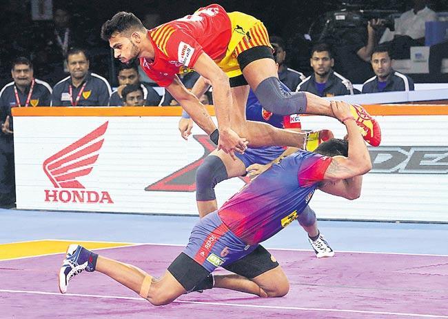 Gujarat FortuneGiants trumps Dabang Delhi, remains unbeaten - Sakshi