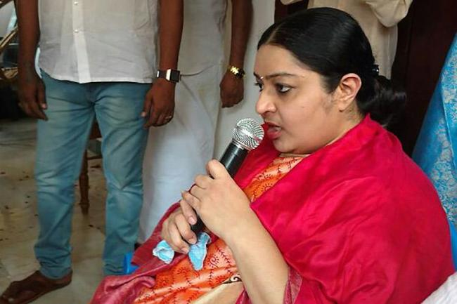 Jayalalitha Niece Deepa Wants To Merge The Party With AIADMK - Sakshi