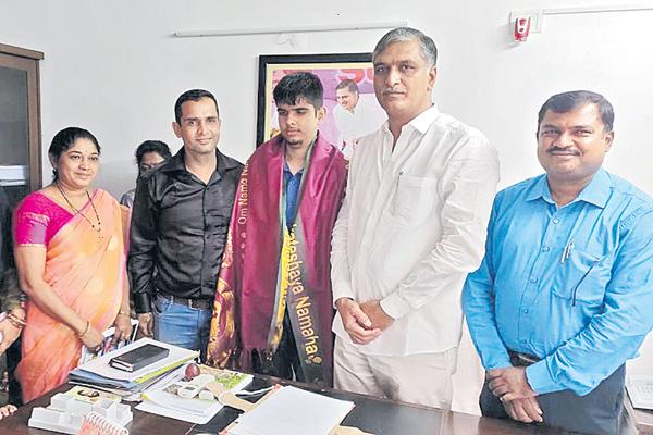 Harish Rao Helping Hand to the Blind Student - Sakshi