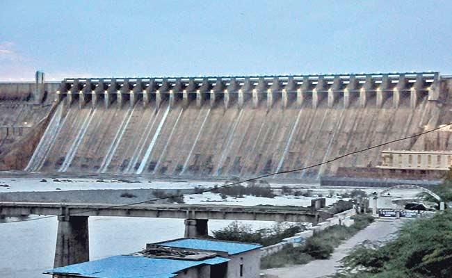 Flood Water Inflow Level Decreased In Nagarjuna Sagar And Srisailam Project - Sakshi