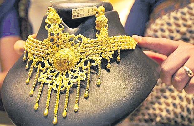Gold prices today edge lower but silver rates slump - Sakshi
