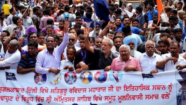 Thousands Of Dalits Hit Delhi Streets Against Demolition Of Ravidas Mandir - Sakshi