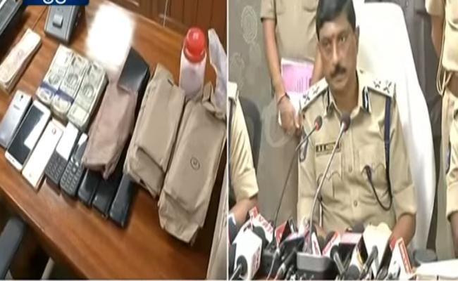 Vizag Police Arrested The Gang Who Circulates Fake Currency  - Sakshi