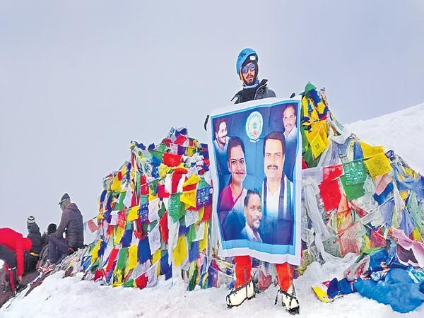 Students from AP and Telangana have crossed the 6153 meter Stok Kangri mountain in Ladakh region - Sakshi