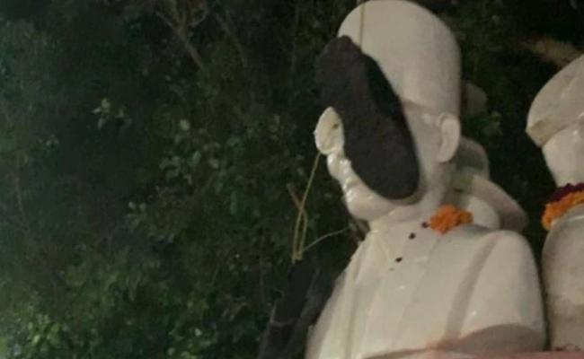 NSUI leaders Put Shoe Garland Around Savarkar Statue - Sakshi