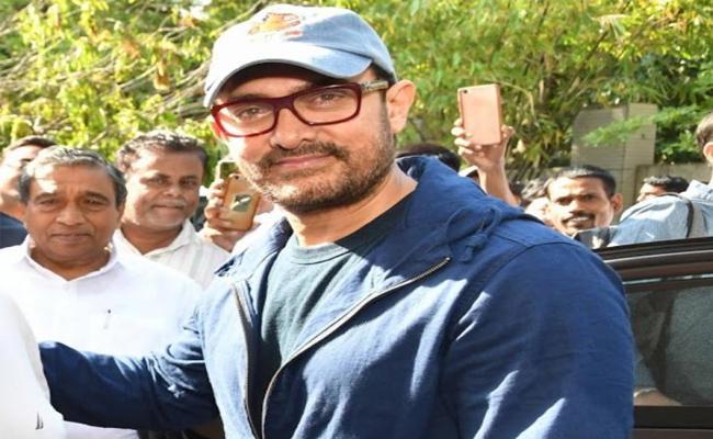 CM Devendra Fadnavis Twitts Thanks Dangal Actor For Donating Money To Maharashtra Floods - Sakshi