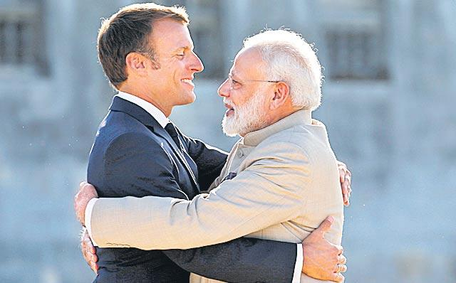 Narendra Modi begins trip to France, UAE and Bahrain - Sakshi