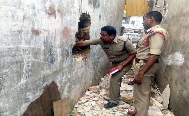 30 lakh Worth jewelery Theft In Hanuman Junction - Sakshi