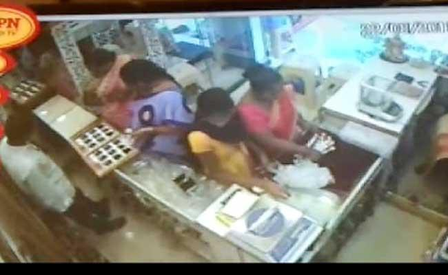 Two Lady Thief Catch At Jewellery Shop Cctv Footage Palakonda - Sakshi