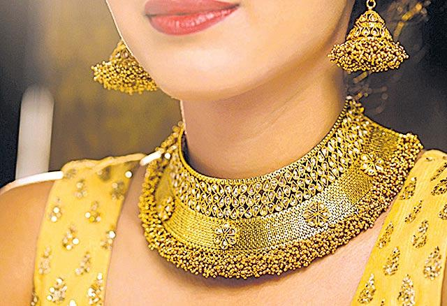 Gold price hits lifetime high on global cues - Sakshi