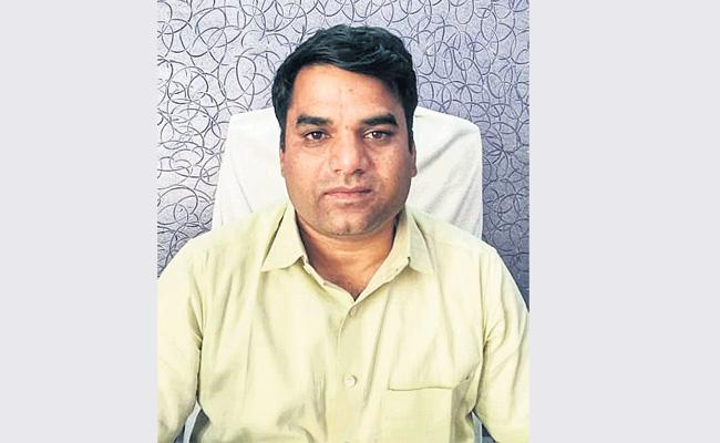 Tahasildar Caught While Demanding Bribe in Bachupalli - Sakshi