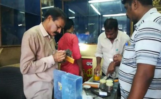 Thieves Steal Gold And Silver In Gold Shop At West Godavari - Sakshi