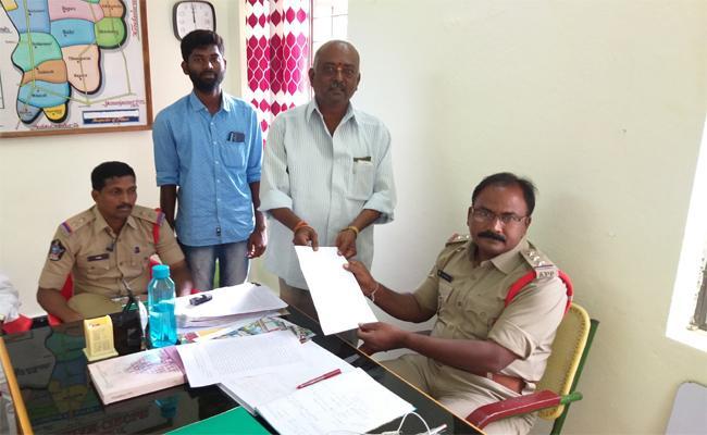 Officers Committing Irregularities In Mantralayam Sri Raghavendra Swamy Temple - Sakshi