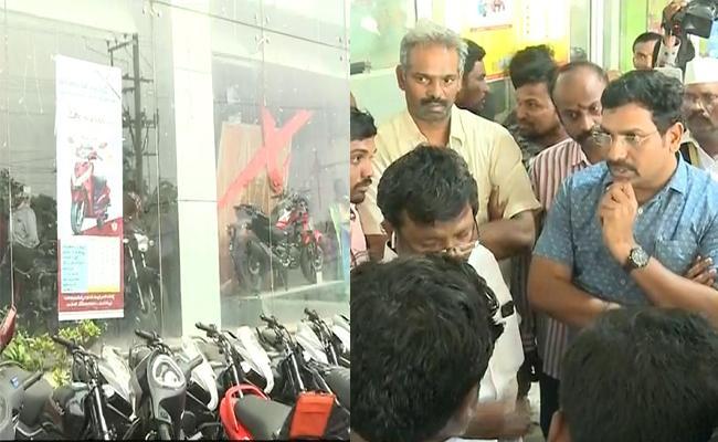 High Drama At Kodela Sivaram Two Wheeler Showroom In Guntur - Sakshi