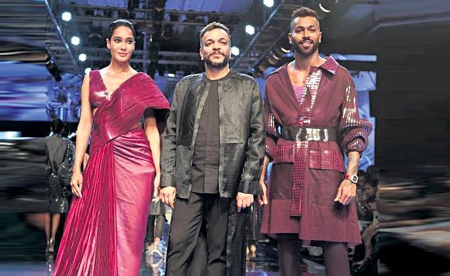 Lisa Heydon Ramp Walk in Lakme Fashion Week - Sakshi