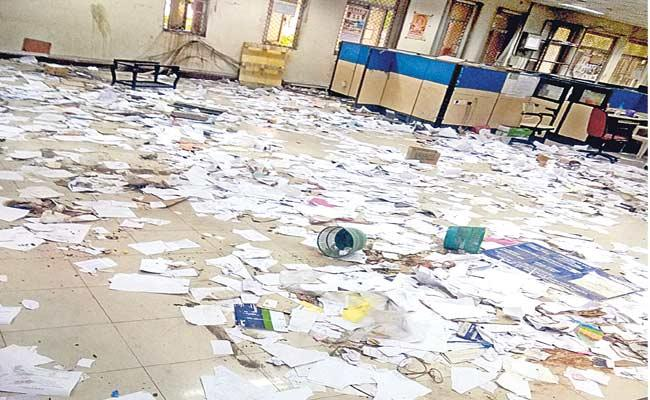 Old Files And Documents Are Move To Garbage In Telangana Secretariat - Sakshi