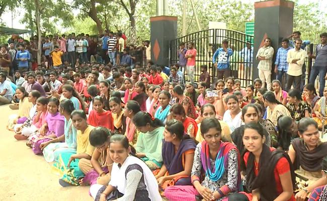 Tensionous Situation At Yogi Vemana University YSR Kudapa - Sakshi