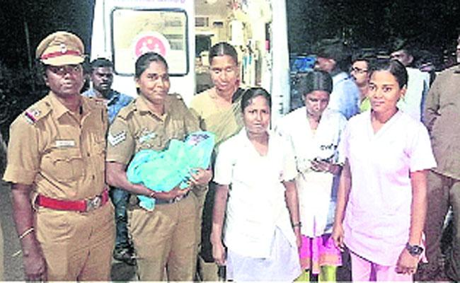 Woman Police Helps Pregnant Lady For Delivery In Chennai - Sakshi