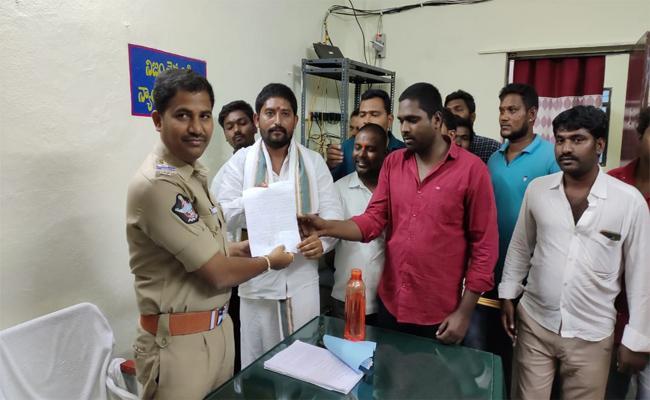 Mantralayam Controversy is intensifying In Kurnool - Sakshi