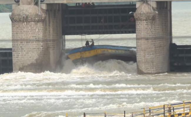 Ongoing NDRF Operation At Prakasam Barrage - Sakshi