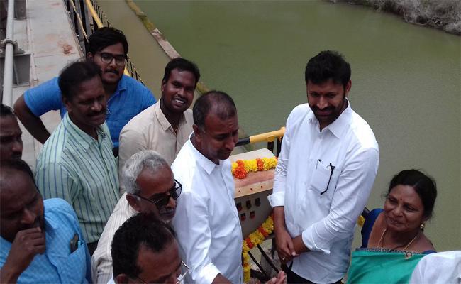 YS Avinash Reddy Release Water From Gandikota Reservoir - Sakshi