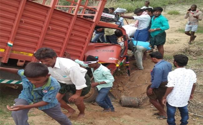 Road Accident In Kalyanadurgam - Sakshi