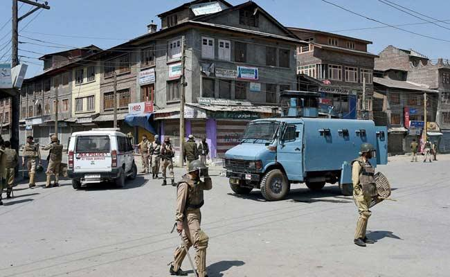 Stone Pelting In Kashmir At Truck Mistaking It for Security Force Vehicle - Sakshi