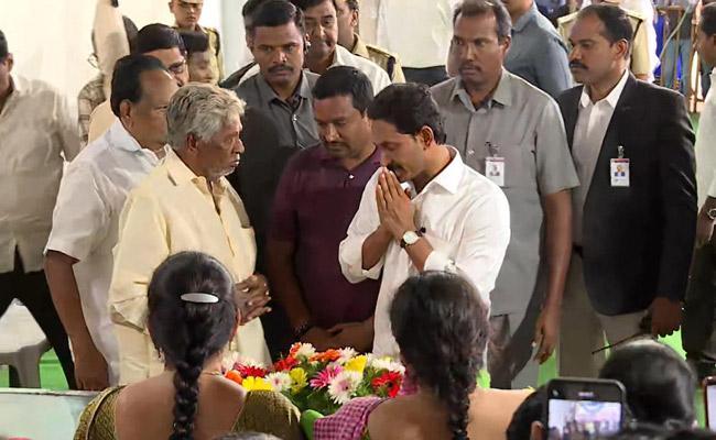 CM YS Jagan Pays Condolences To Mahalakshmamma - Sakshi