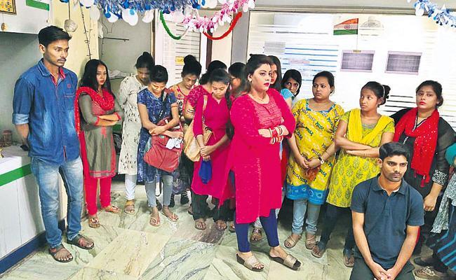 Hyderabad Police Reveals Fake Call Center In Kolkata - Sakshi